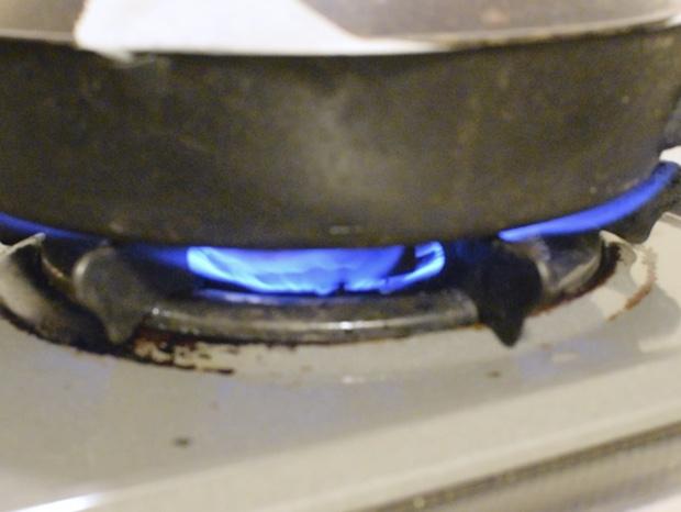 スキレットを強火で加熱する