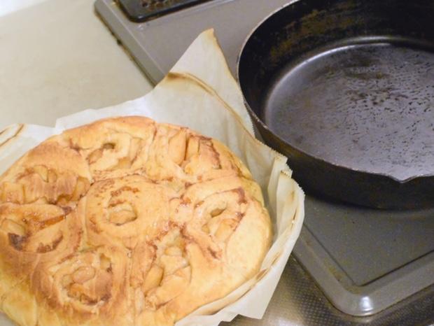アップルシナモンロールパンを取り出して冷ます