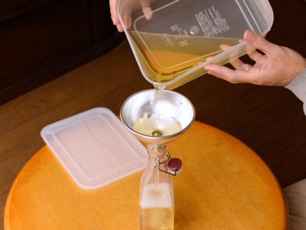 酢を密閉容器に移し替える