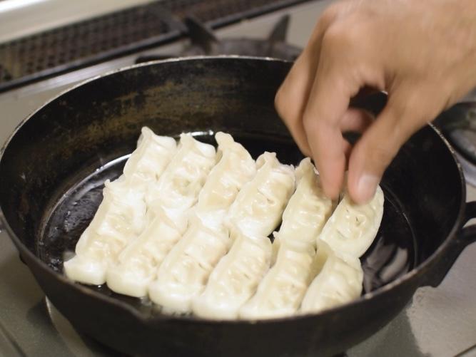 スキレットに味の素冷凍餃子を並べる