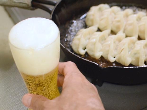 餃子を食べる前にビールを注ぐ