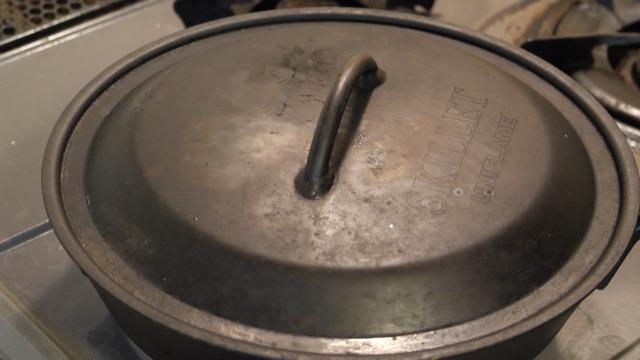 スキレットの蓋をして蒸し焼きにする