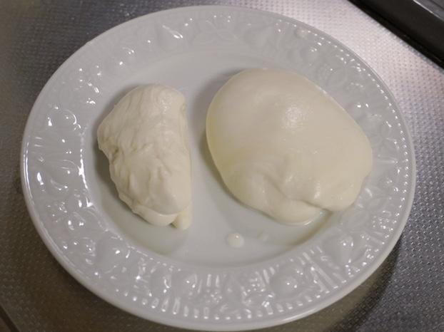 手作りのモッツァレラチーズ左側は割けるチーズ