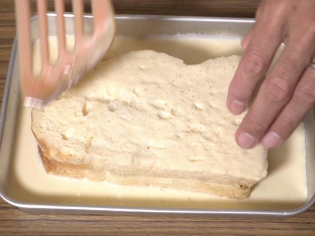 卵液に浸したパンを裏返す