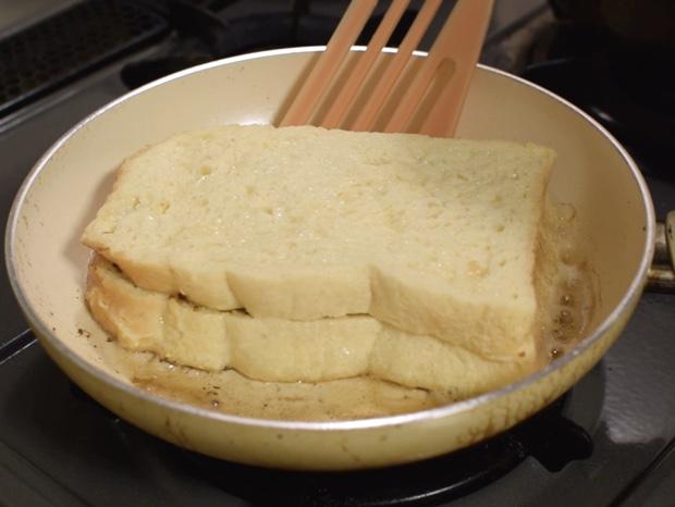 フライパンでパンを焼く