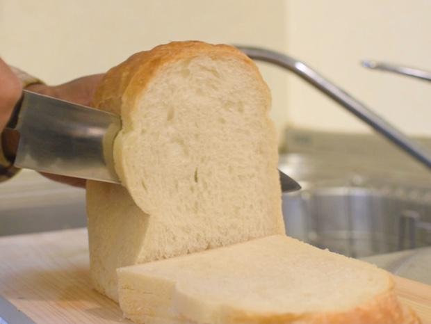 パンをスライスする