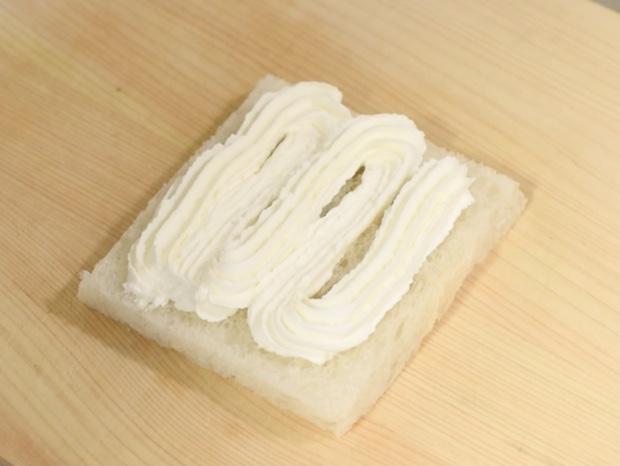 パンに生クリームを絞る