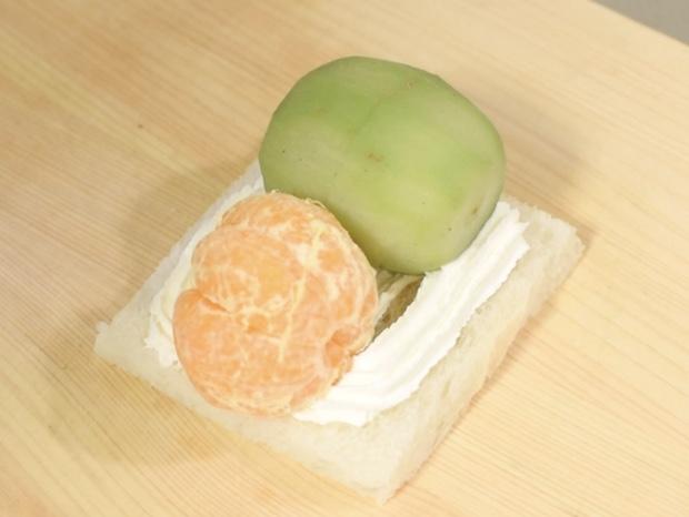 キウイフルーツとオレンジを乗せる