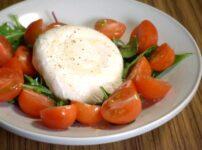 自家製ブラータチーズをプチトマトと共に