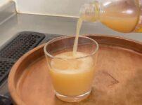 炭酸コンブチャをグラスに注ぐ