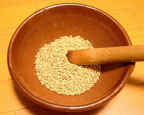 すり鉢で麦芽を破砕する