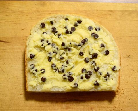 クッキー生地にチョコチップを混ぜてパンに塗る