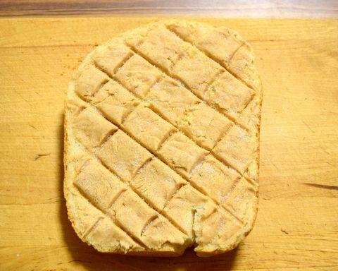 クッキー生地にシナモンを混ぜてパンに塗る