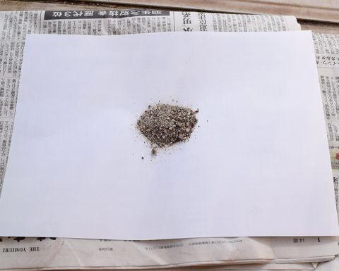 白い紙に砂を乗せる