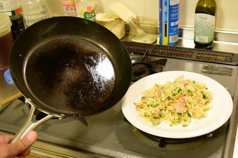 炒飯を皿に入れた