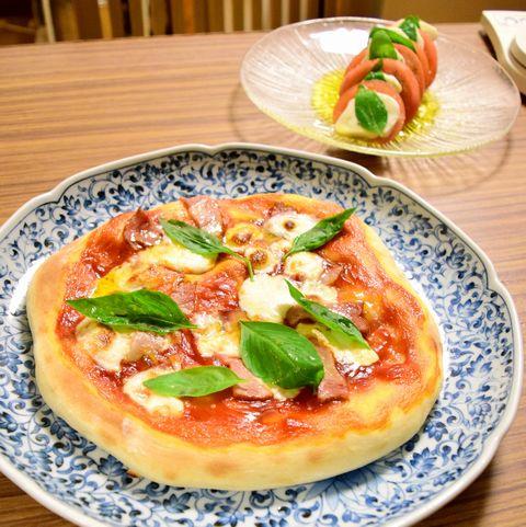 手作りモッツァレラチーズを使ったピザ