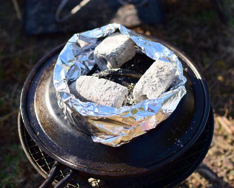 スキレットの蓋に炭を乗せる