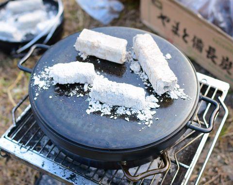 ダッチオーブンの蓋に炭を4個乗せる