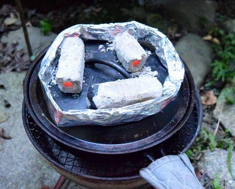 スキレットの上に炭を乗せて焼く