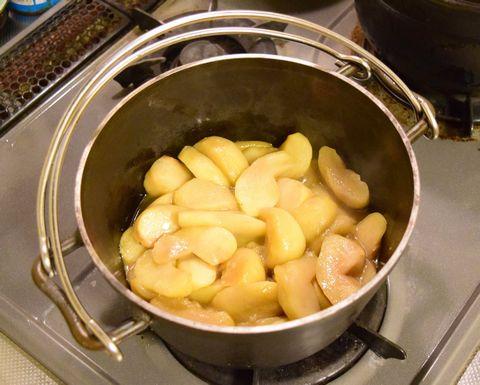 ダッチオーブンでりんごを煮込む