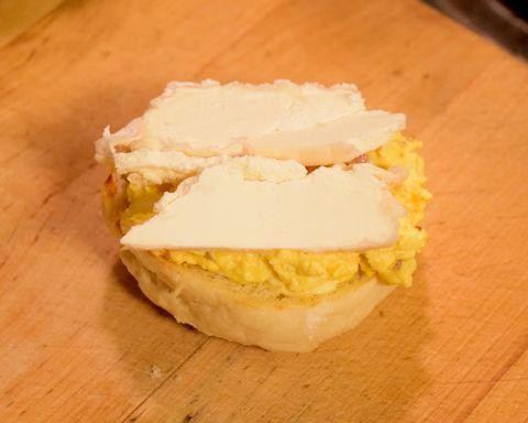 タマゴサンドにチーズを挟むところ
