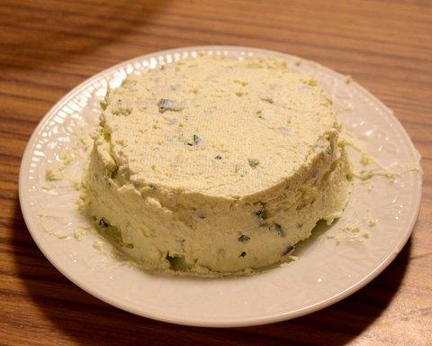 ナイフでチーズを整形