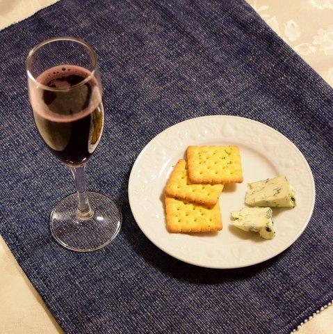 自家製ブルーチーズを赤ワインと共に