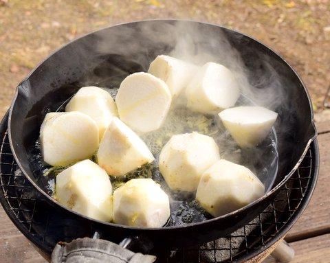 里芋を炒める