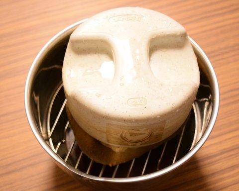 重石を乗せて醤油を搾る