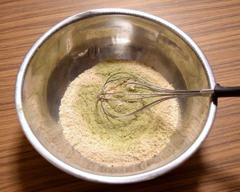 炒った強力粉に麹菌をかける