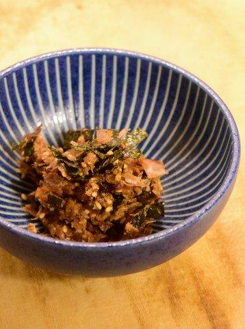 醤油粕にカツオ節とゴマと刻み海苔を混ぜたもの