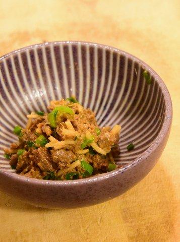 醤油粕に刻みネギと刻み生姜を混ぜたもの