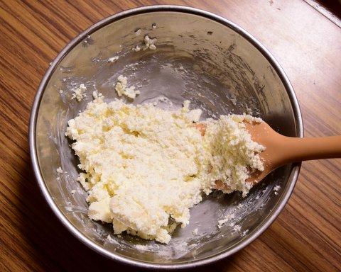 カードと米麹と塩を混ぜる