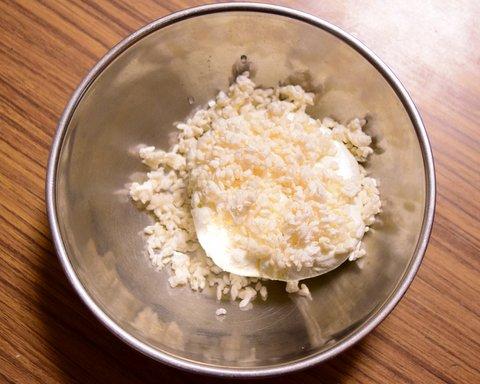 カードに米麹と塩を加える