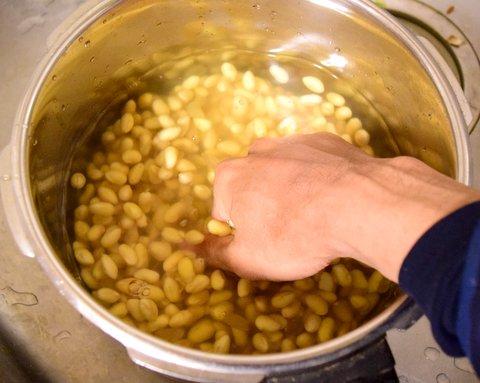 大豆の皮を剥く
