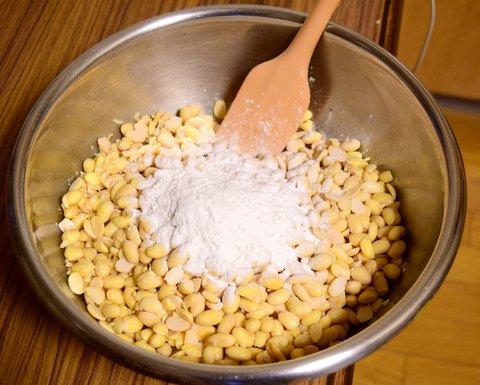 大豆にテンペ菌を混ぜる