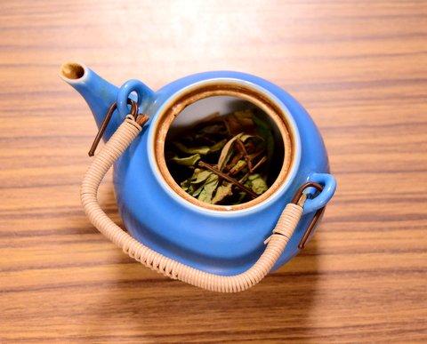 急須にドクダミ茶葉を入れる
