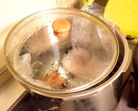 鍋の蓋を少しずらす
