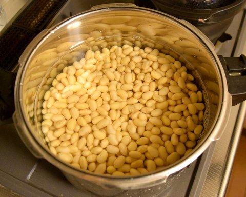 水に浸けた大豆