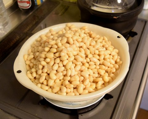 大豆の湯きりをする