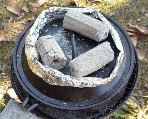 蓋の上に炭を3個乗せる