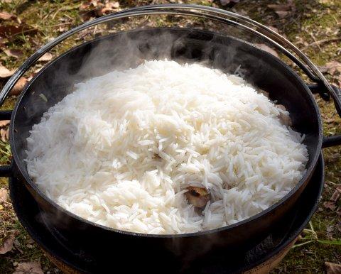バスマティ米をダッチオーブンに放り込む