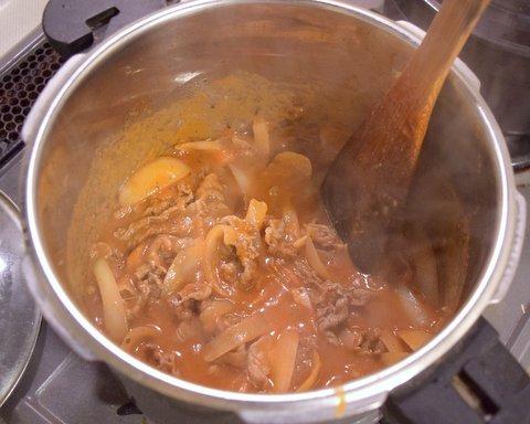 塩コショウで味を調えながら10分くらい煮込む