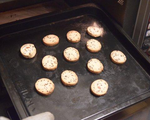 オーブンで焼いた松ぼっくりクッキー