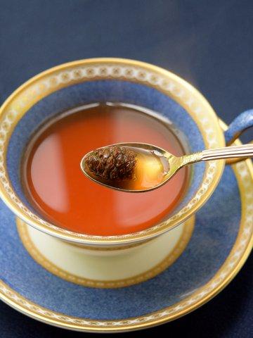 紅茶に松ぼっくりジャムを入れる