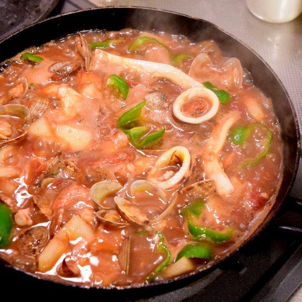 パエリアスープを加え煮込む