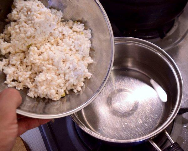 60℃のお湯に米麹を入れる