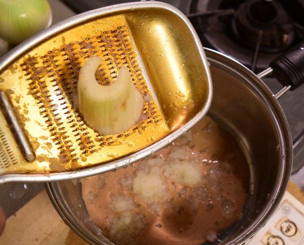 鍋にマーマイトの材料を入れる