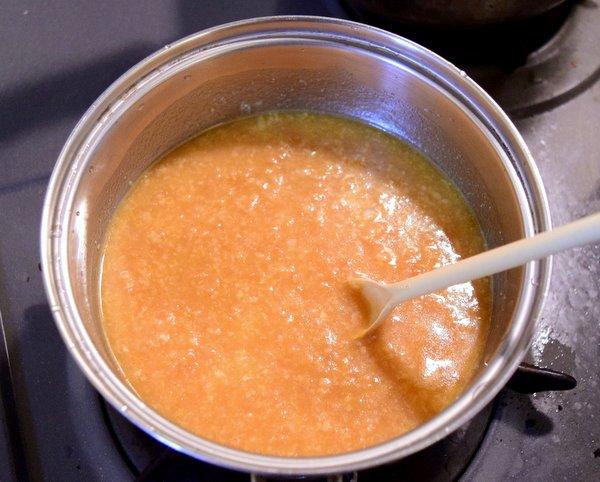 鶏肉醤のもろみを火にかけ水を加え混ぜる