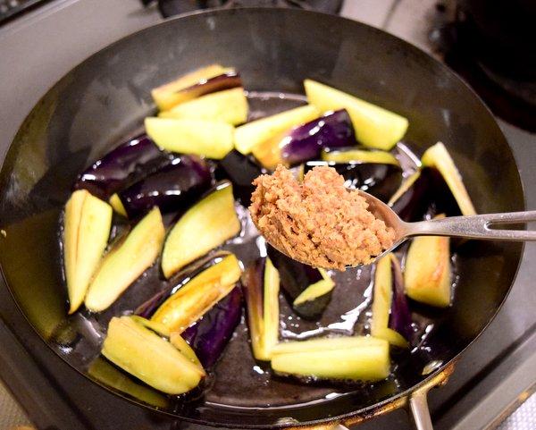 なす炒めに肉醤粕を入れる